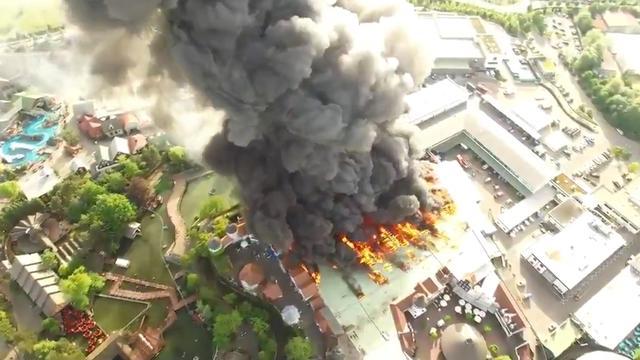 Dronebeelden van grote brand in 'Nederlandse attractie' Duits pretpark
