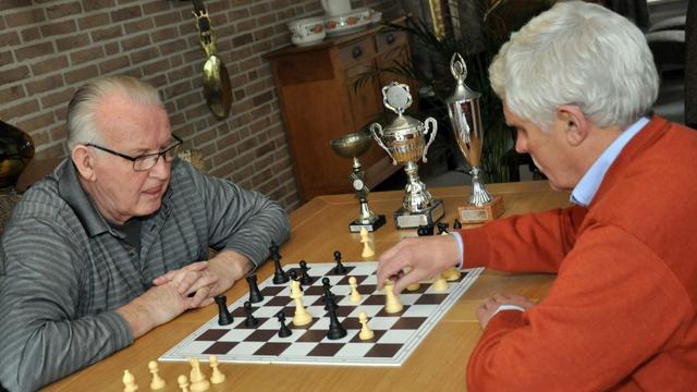 Oprichter schaakclub Eeuwig Schaak draagt stokje over