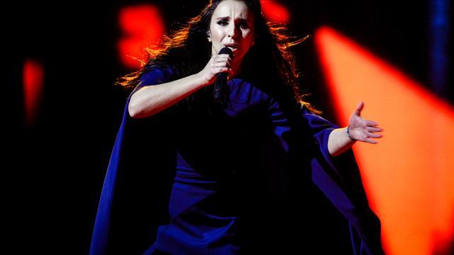 Streaker laat blote billen zien tijdens optreden op Songfestival