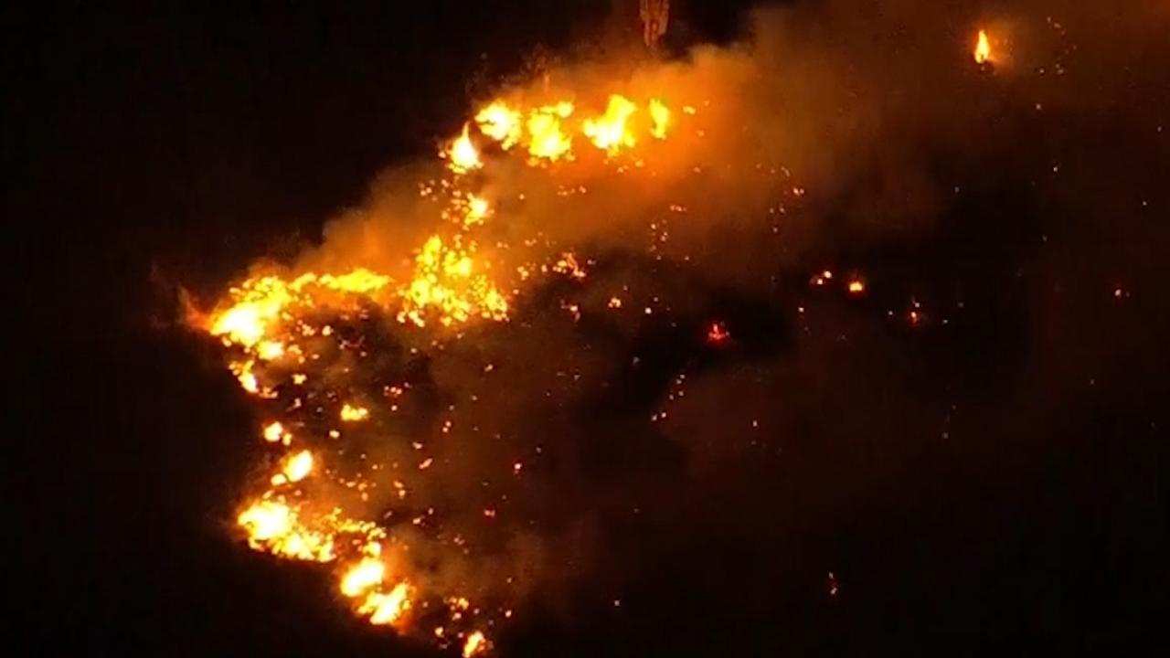 Nieuwshelikopter filmt grote natuurbrand in Amerikaans berggebied