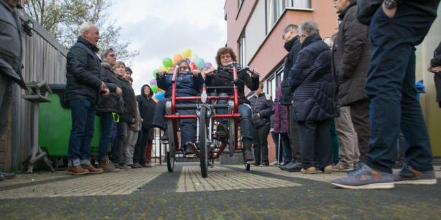 Fonds Alphen schenkt 6.000 euro aan stichting Fietsmaatjes
