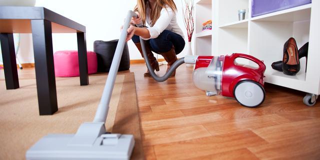 Tips voor de grote schoonmaak: 'Grootste fout is dweilen met warm water'