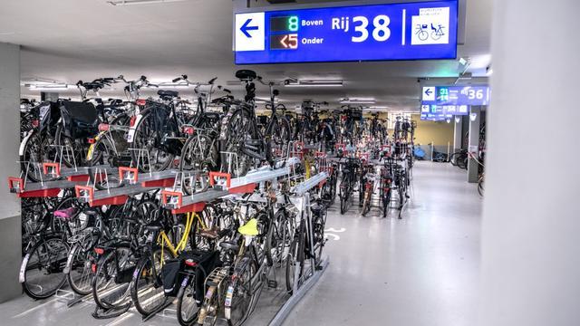 Vernieuwde fietsparkeergarage Amstelstation maand eerder open