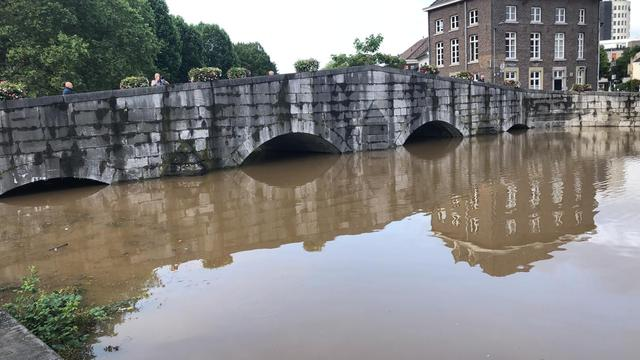 Het water in de Roerkade in Roermond stond 's ochtends vroeg al erg hoog.