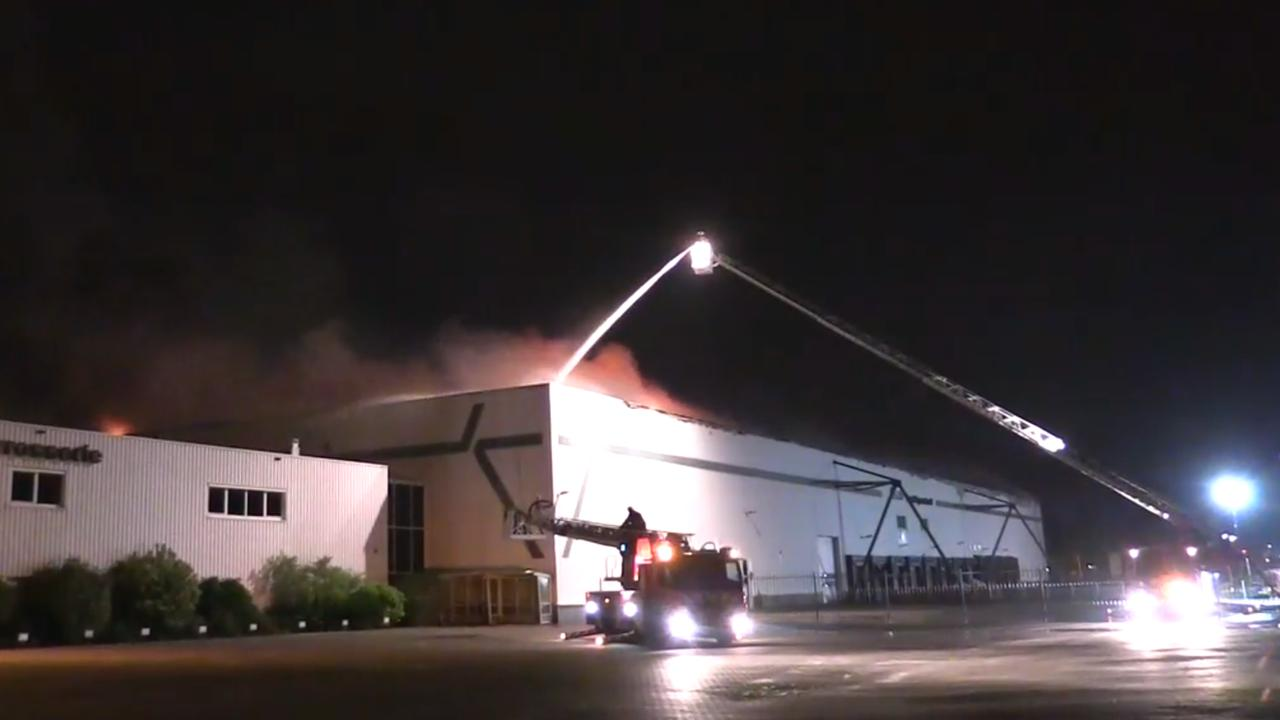 Brandweer blust brand in bedrijfspand De Meern