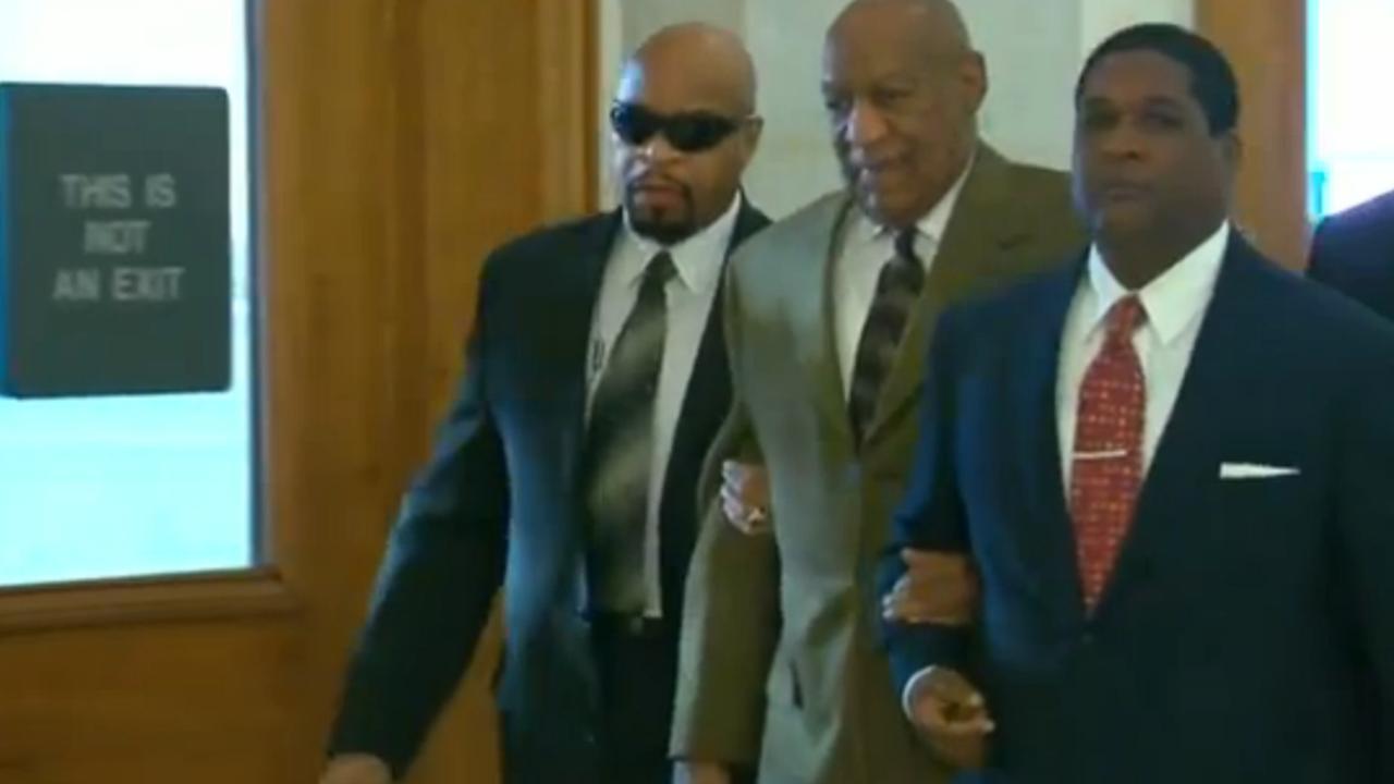 Bill Cosby arriveert bij rechtszaal voor misbruikzaak