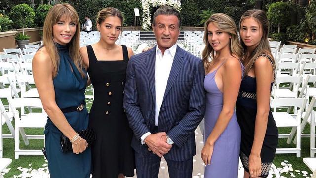 Sylvester Stallone met zijn vrouw Jennifer en dochters Sophia, Sistine en Scarlet.