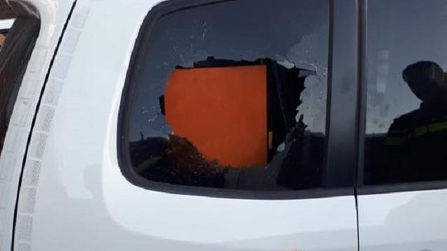 Agressieve dronken man tikt met hoofd ruit politieauto in in Vlissingen