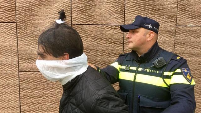 Politie Amsterdam start proef met spuugmasker