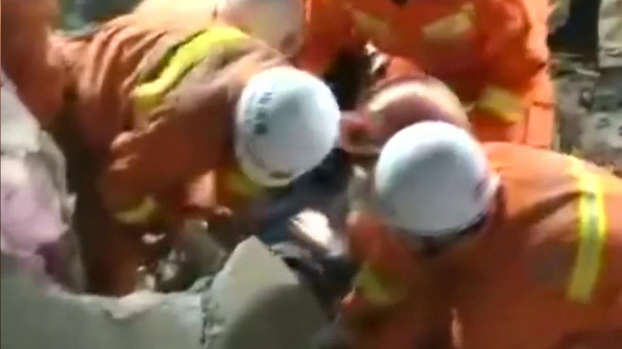 Reddingswerkers halen overlevenden uit puin na aardverschuiving China
