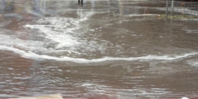 Sinkhole in Amersfoort: gesprongen waterleiding zet straat blank