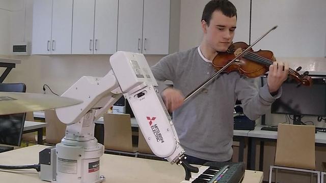 Robot begeleidt Poolse violist op keyboard