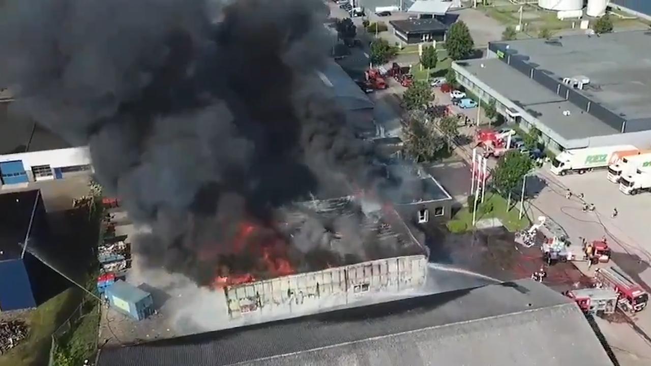 Dronebeelden tonen grote brand in loods Sneek