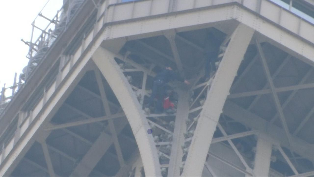 Brandweer Parijs Overmeestert Beklimmer Van Eiffeltoren Nu Het