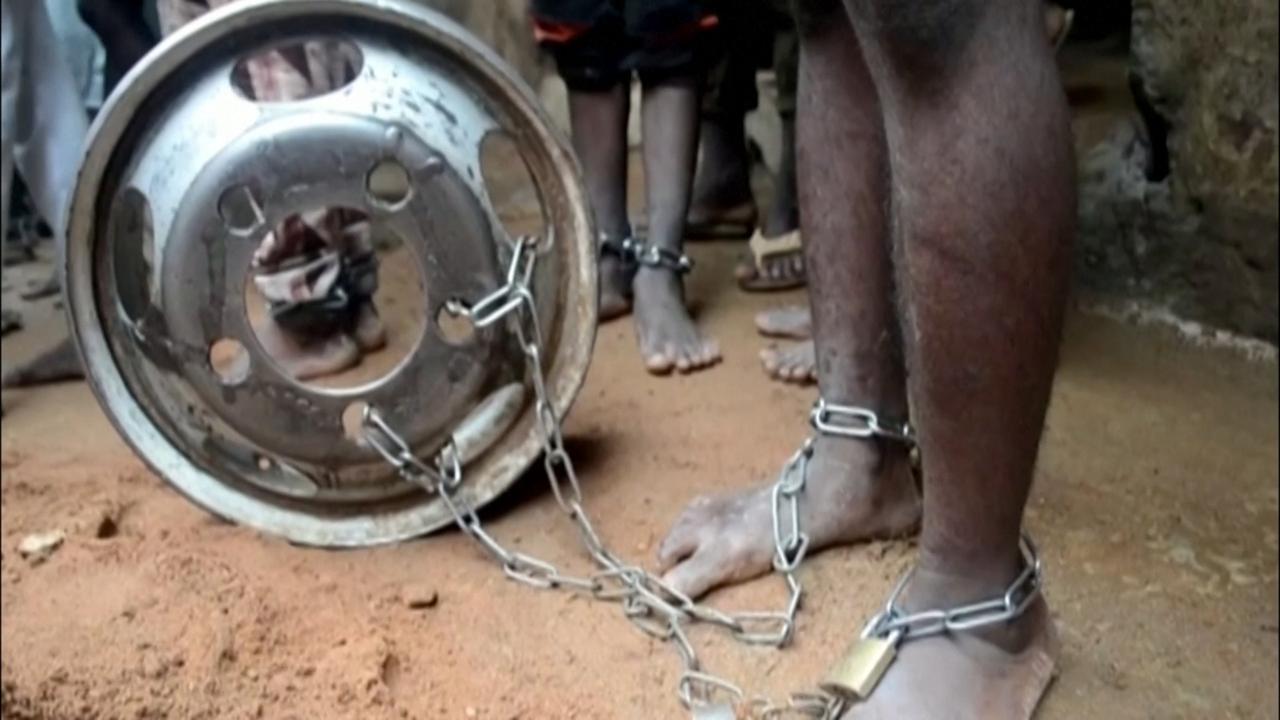 Nigeriaanse politie bevrijdt vastgeketende mannen uit 'martelhuis'