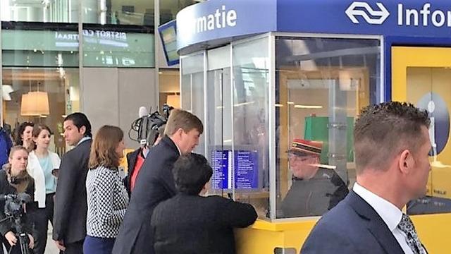 Willem-Alexander brengt bezoek aan Utrecht Centraal