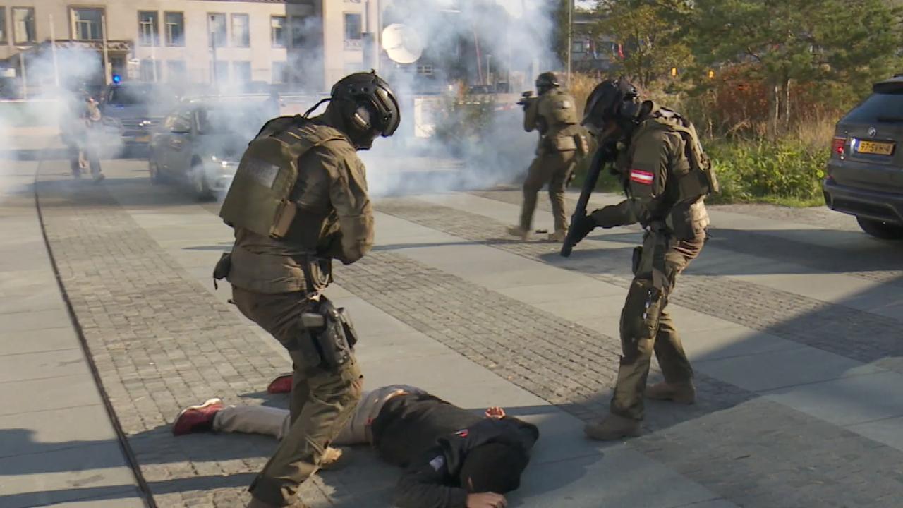Speciale eenheden gooien stungranaten bij oefening in Den Haag