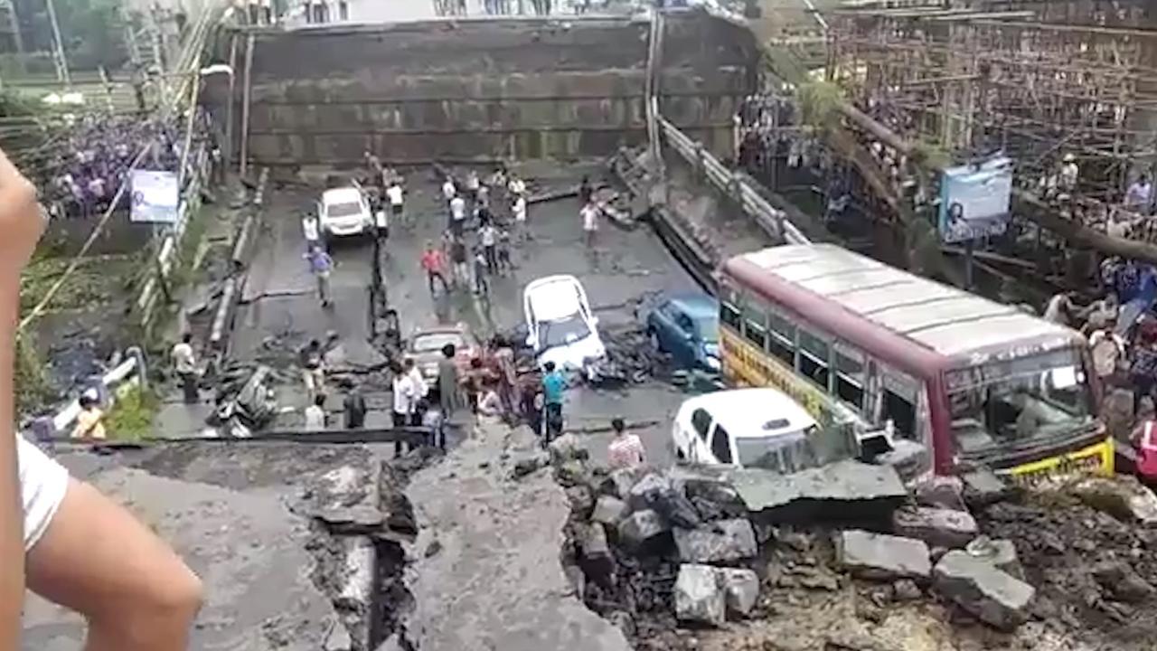 Camerabeelden tonen instorten brug in Calcutta