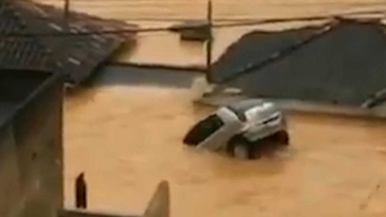 Auto drijft door Braziliaanse straten na hevige overstromingen