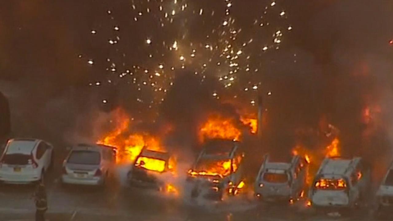 Vonken vliegen in het rond na grote autobrand vliegveld Newark