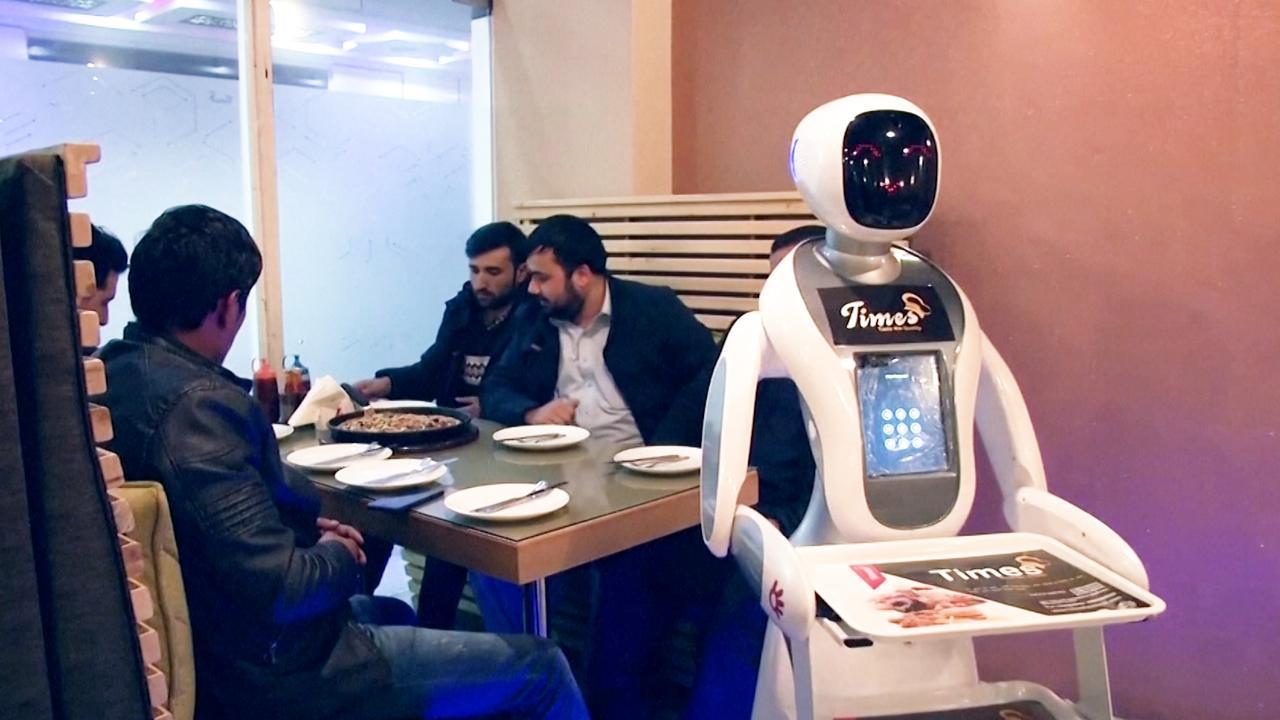 Robot serveert voor het eerst eten in Afghaans restaurant
