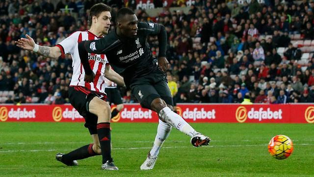 Benteke helpt Liverpool aan nipte zege bij Sunderland