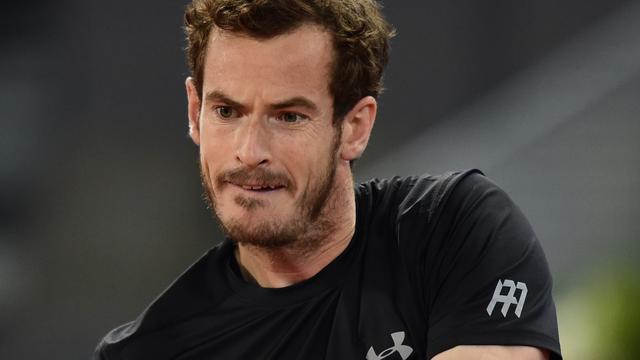 Murray stapt om drie uur 's nachts als winnaar van de baan in Madrid