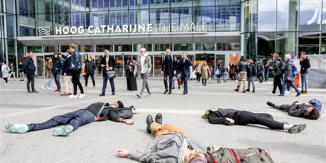 Activisten vragen bij Utrecht Centraal aandacht voor klimaat