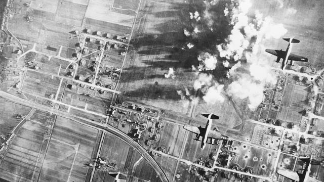 1944: Schiphol wordt gebombardeerd door Amerikaanse bommenwerpers.