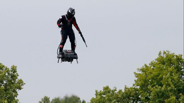 Franse uitvinder op 'flyboard' slaagt er niet in Kanaal over te steken