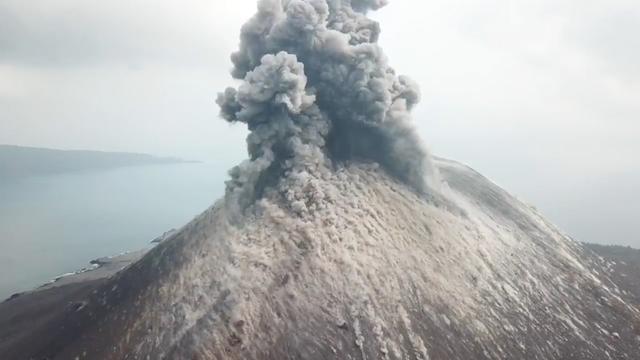 Drone filmt explosieve vulkaanuitbarsting in Indonesië