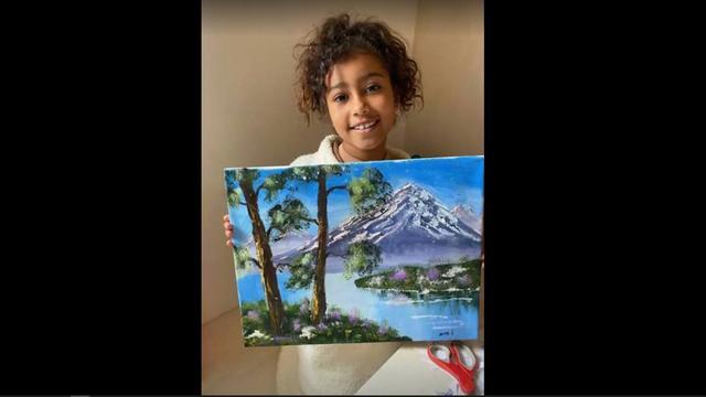 North West met het door haar gemaakte schilderij.
