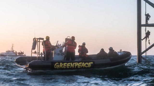 Actievoerders Greenpeace van boorplatform Schiermonnikoog gehaald
