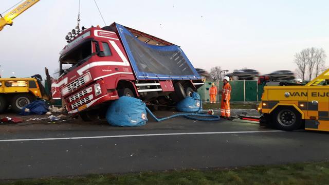 A50 tot maandagmiddag dicht na ongeval met vrachtwagen.