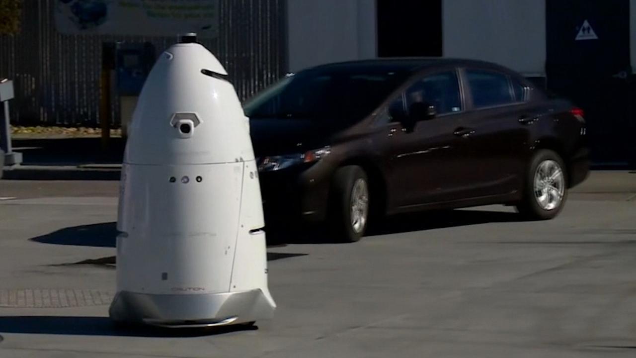 Robot patrouilleert bij Californisch tankstation