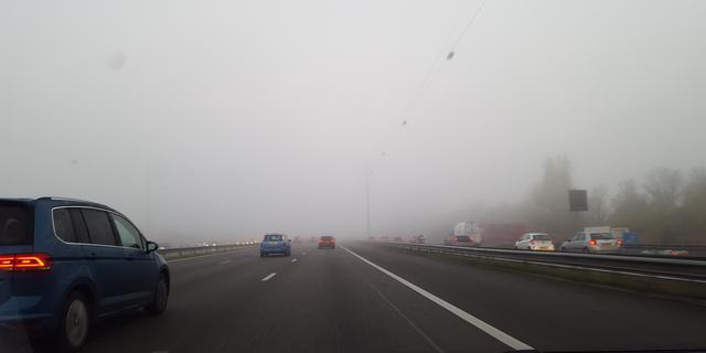 Drukke ochtendspits door mist en lokale gladheid