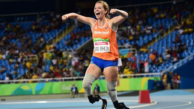 Vreugde bij Marlou van Rhijn om haar tweede gouden medaille op de Paralympics in Rio de Janeiro.
