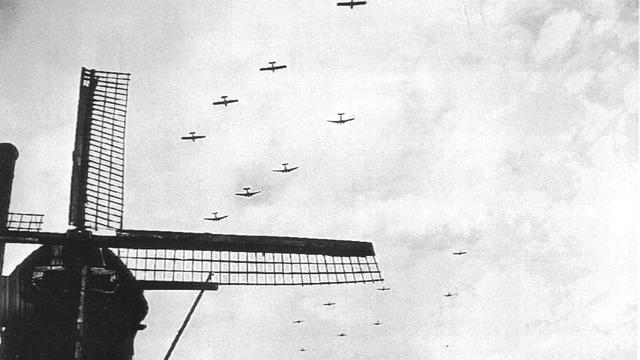 1944: Het begin van operatie Market Garden, Dakota's trekken zweefvliegtuigen voort.