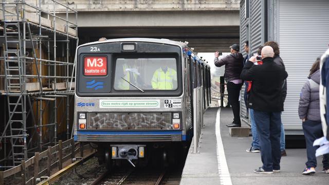 Amsterdammers nemen afscheid van metrotype de Zilvermeeuw