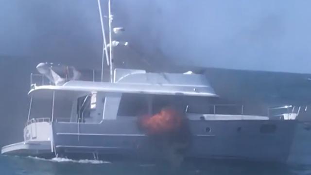 Pont in Florida redt gezin uit water na brand op boot