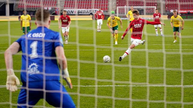 Albert Gudmundsson schiet raak vanaf de strafschopstip.