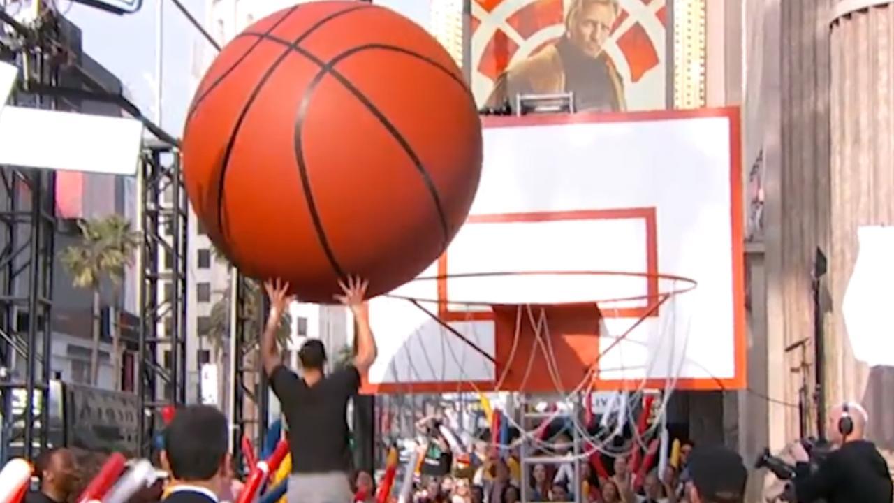 Basketballer Ben Simmons gooit gigantische bal in enorme basket