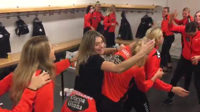 Handbaldames vieren feest in kleedkamer na behalen brons op WK