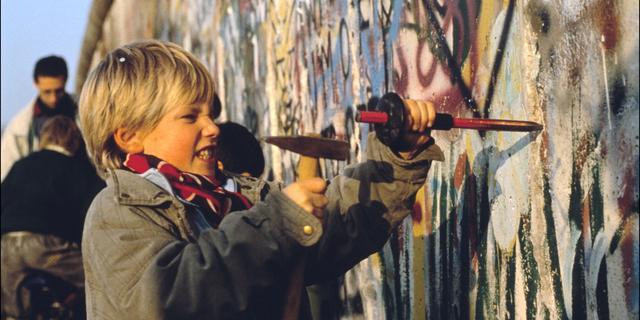 Berlijnse Muur: opgetrokken tegen leegloop, gesneuveld onder beitels