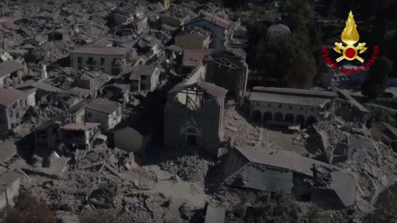 Dronebeelden tonen ravage in Amatrice na aardbeving in Italië