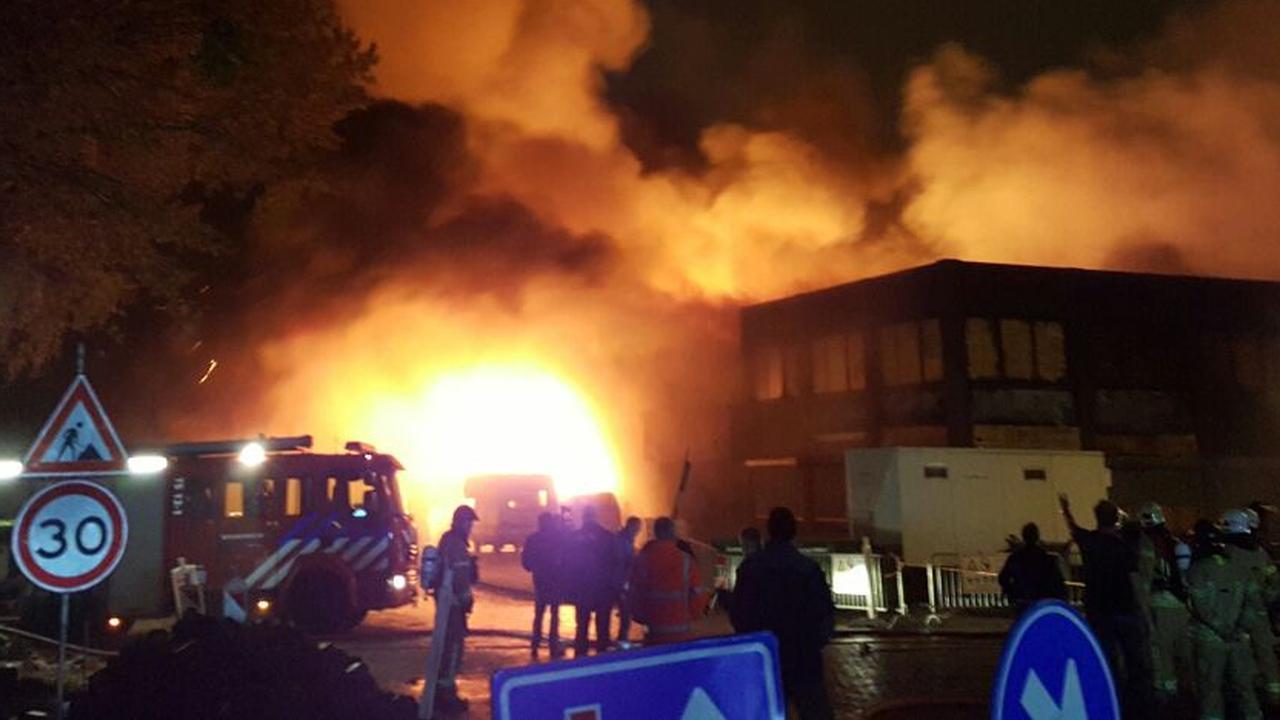 Grote brand bij autosloperij in Vlaardingen