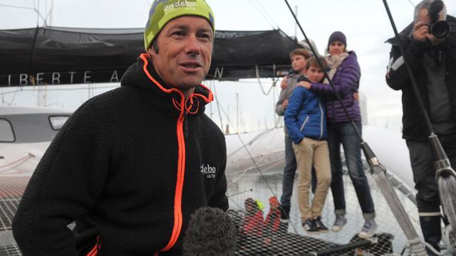 Fransman vestigt record door in 49 dagen om de wereld te zeilen
