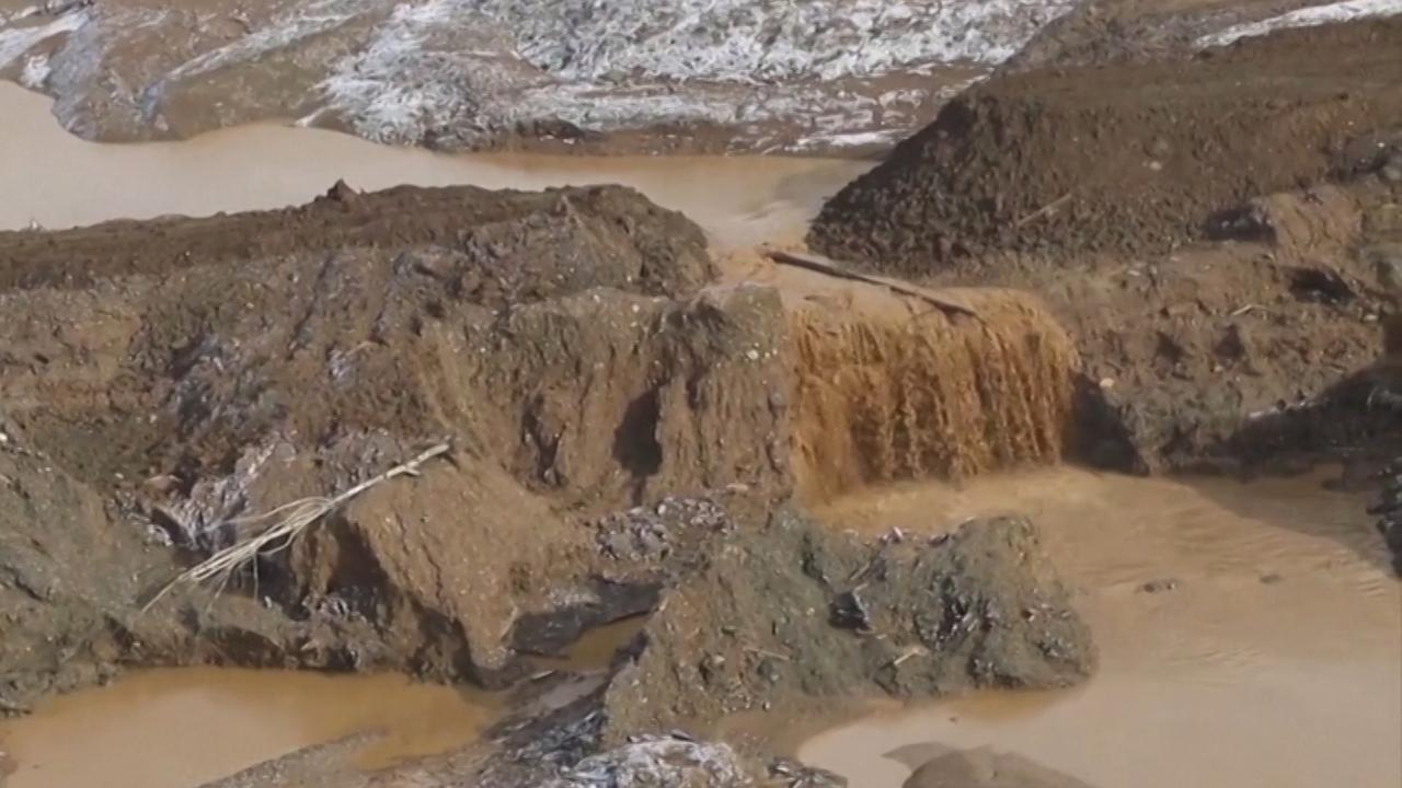 Reddingswerkers zoeken naar mijnwerkers na dambreuk in Siberië
