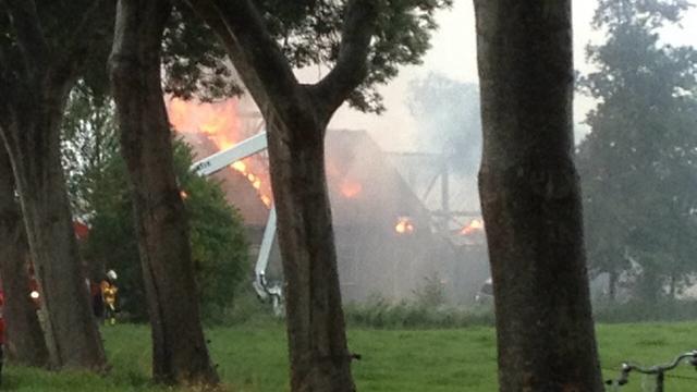 Grote brand legt woonboerderij Giethoorn in de as