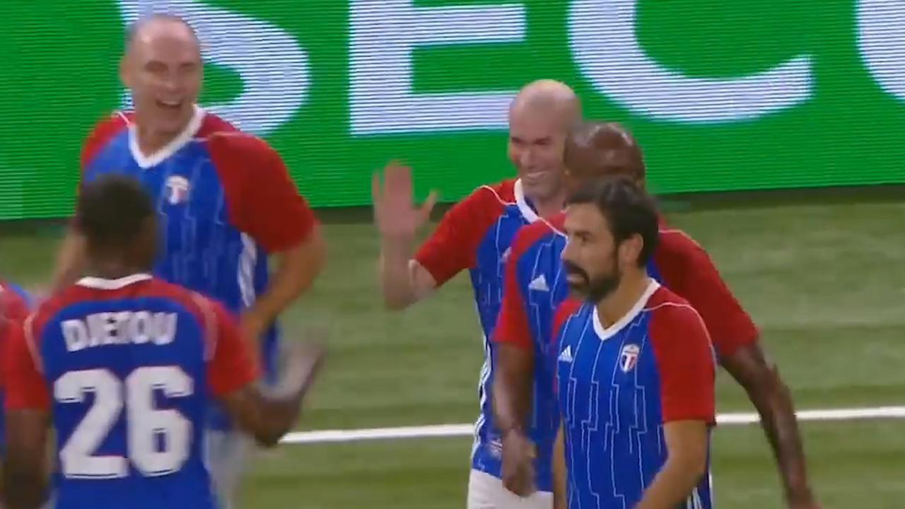 Zidane schiet vrije trap binnen bij galawedstrijd